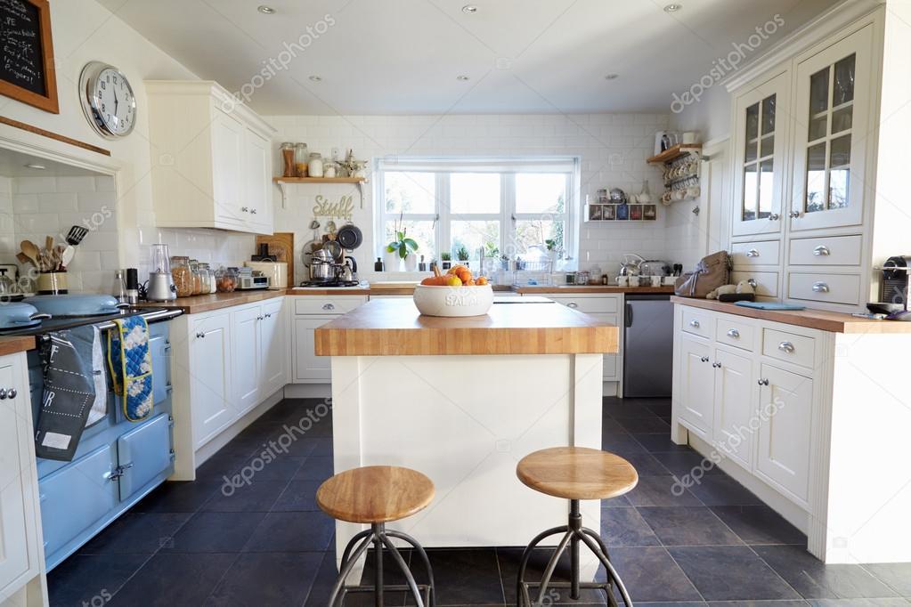 Cuisine dans maison de famille contemporaine photographie monkeybusiness 109979218 - Cuisine maison de famille ...
