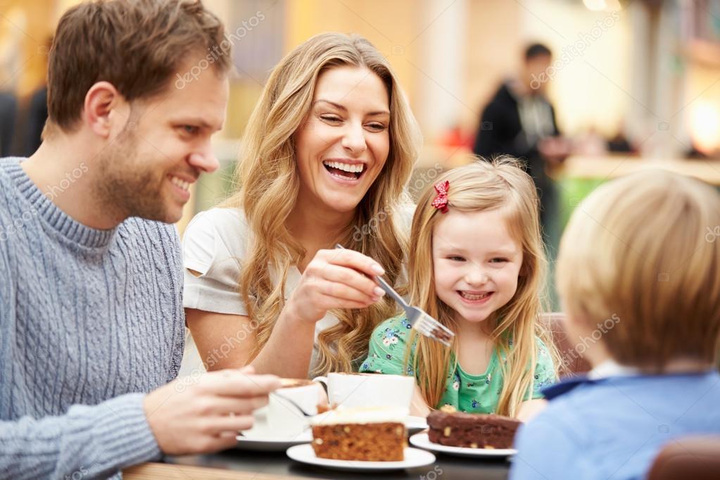 family eating at restaurant - 849×565