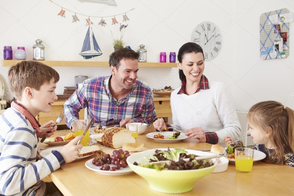 family eating breakfast - HD1300×1000