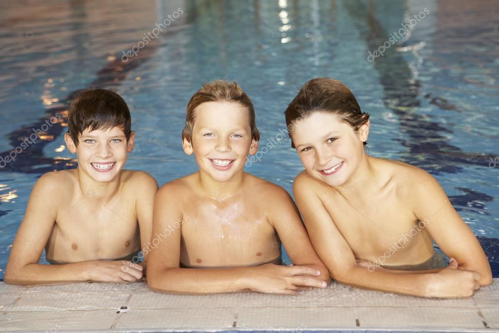 мальчики в бассейне