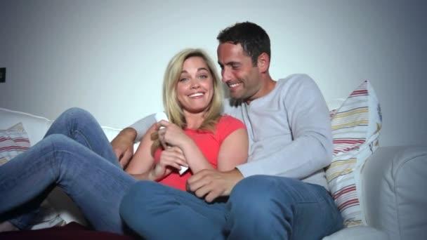 Молодая русская пара на диване — photo 14