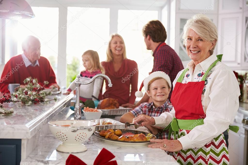 Weihnachtsessen Zum Vorbereiten.Familie Weihnachtsessen In Küche Vorbereiten Stockfoto