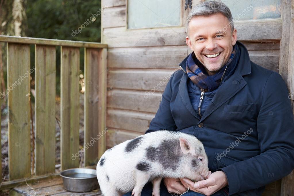 mature man alimentation pour animaux cochon micro — photographie