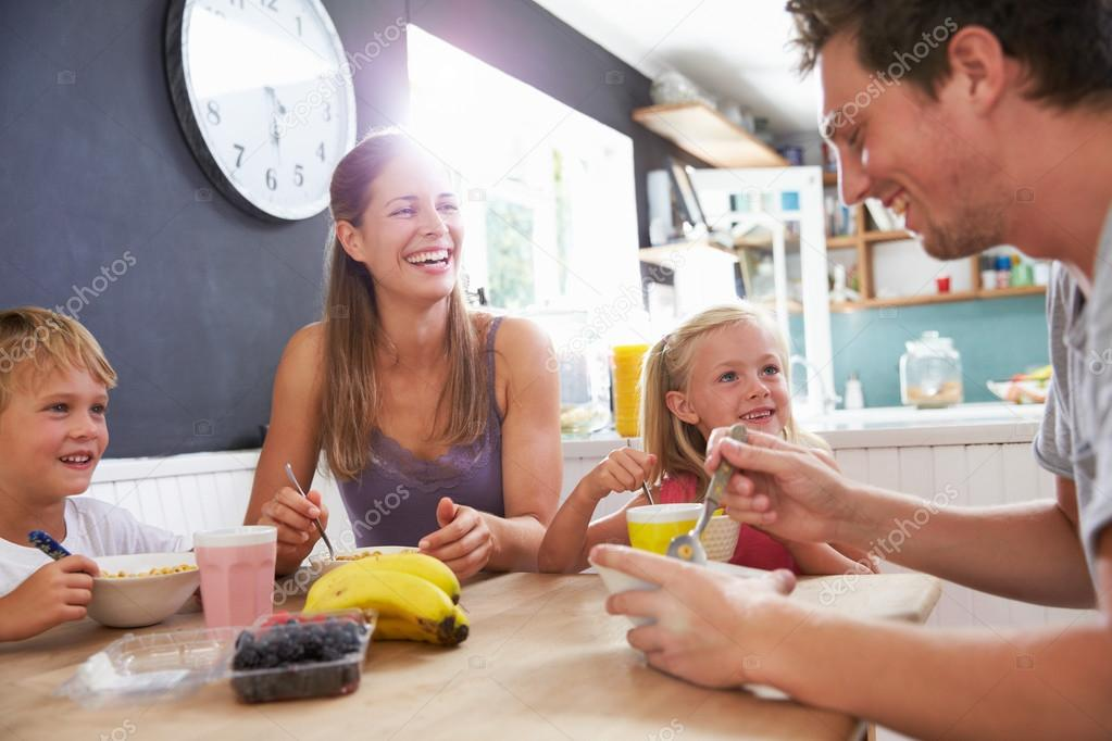 family eating breakfast - HD1605×1070