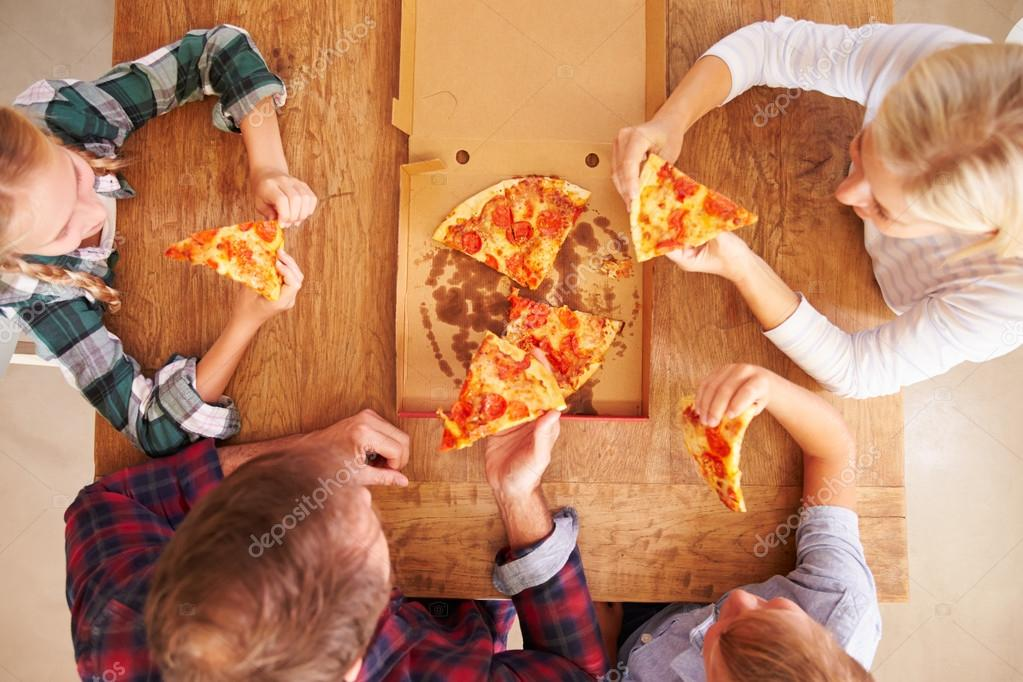 family eating pizza - HD 2508×1672