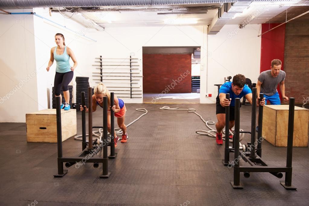 Circuito Gimnasio : Personas en gimnasio entrenamiento del circuito u foto de stock