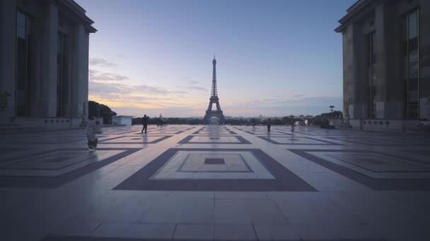 východ slunce v Eiffelově věži z Trocadera. Paříž, Francie