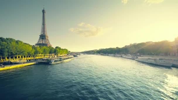 Eiffel-torony és napos reggel, Párizs, Franciaország