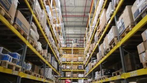 Paletták, a megrendelt áruk és anyagok raktárban között mozgó kamera