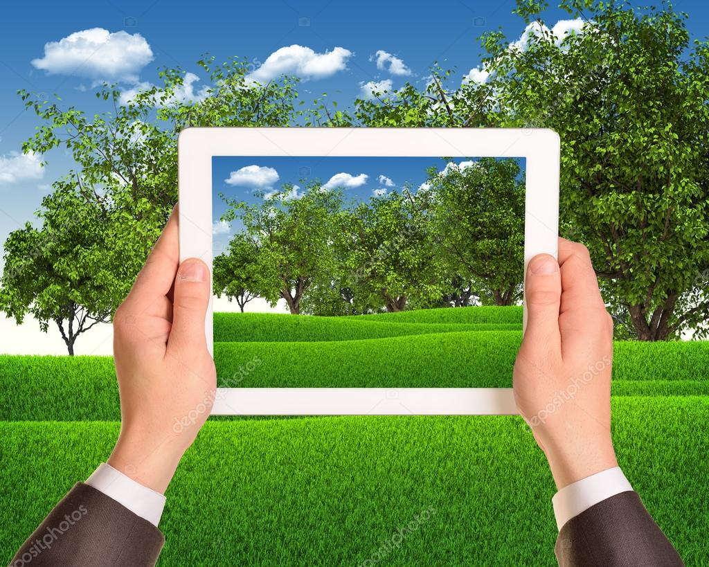 Mani Tengono Il Tablet Pc Con Paesaggio Natura Come Sfondo Foto