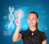 Krásná moderátorka v šatech s úsměvem a lisy prst na modelu DNA