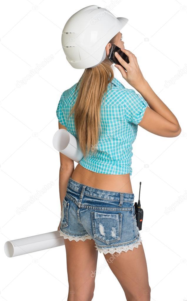 aa5cb23b4 Hermosa chica en casco blanco, pantalones cortos con la tenencia de la  camisa desplaza dibujos