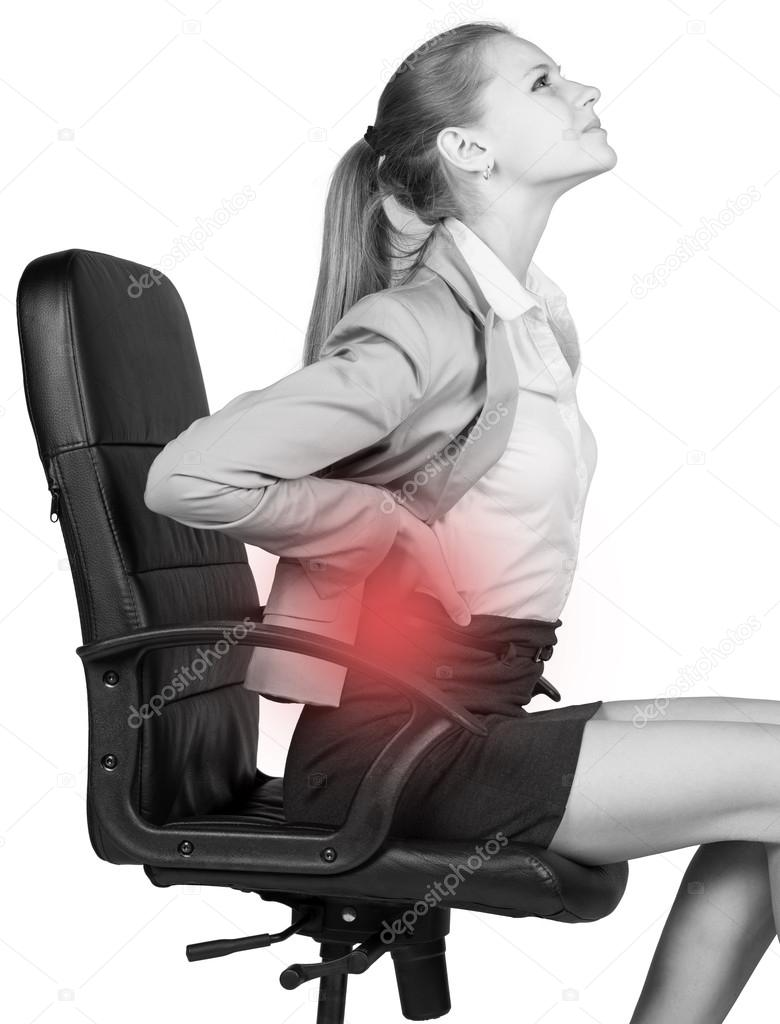 オフィスの椅子に座って 腰の痛みで実業家 ストック写真 cherezoff