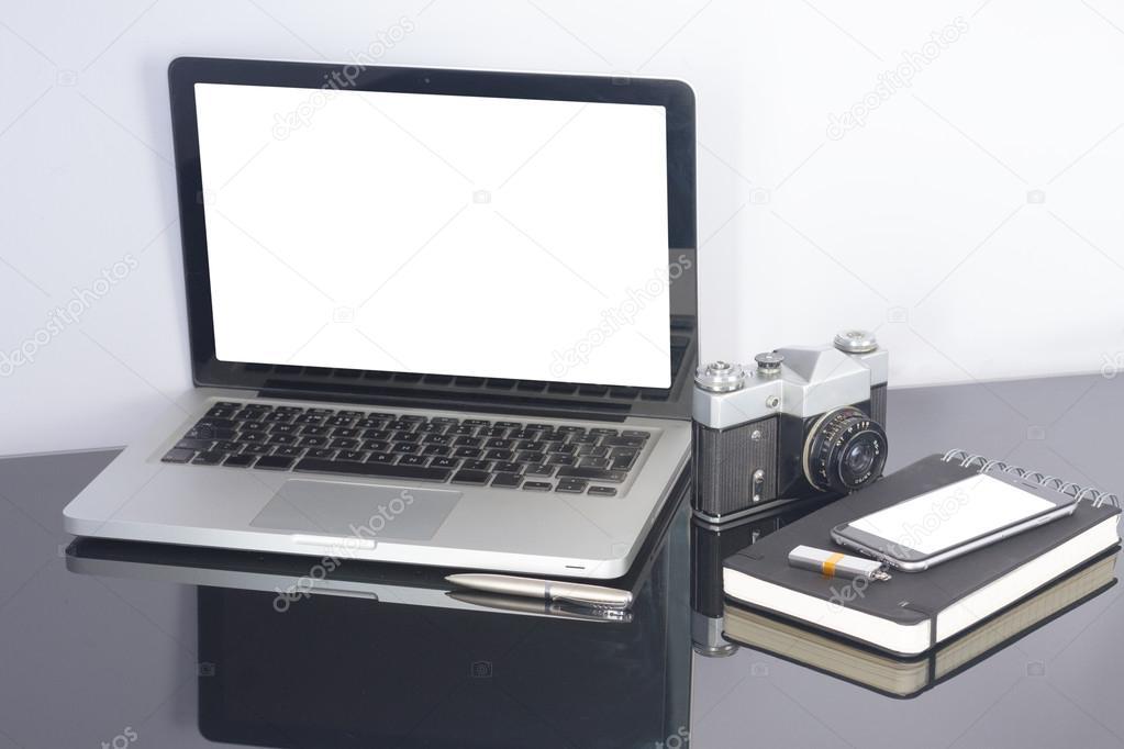 Table de bureau avec ordinateur et fournitures u photographie