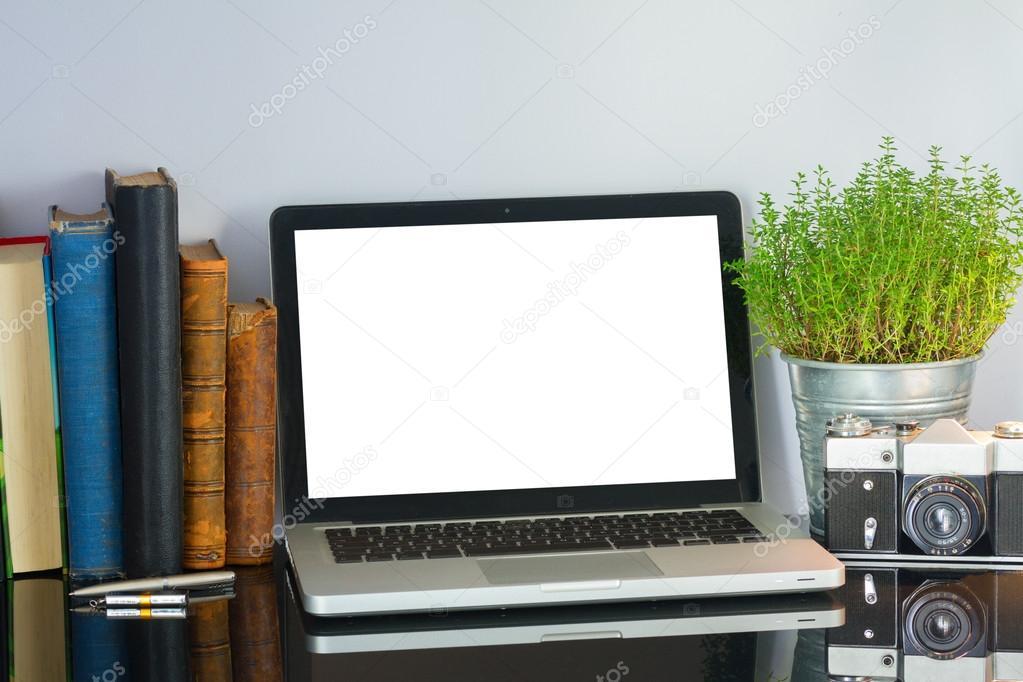 Table de bureau avec ordinateur et fournitures u2014 photographie
