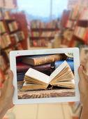 Fotografia Tablet con libreria shelfs sfondo