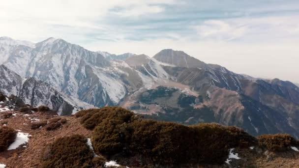 Letecká krajina krásných zimních hor