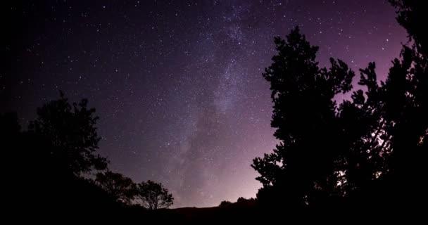 Noční obloha s mléčnou dráhu timelapse astro pozadím