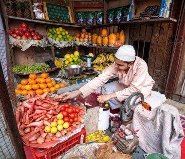 Juice maker in Indian fruit shop