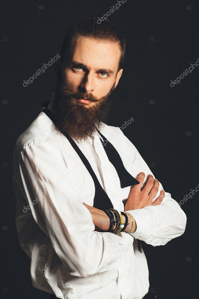8926d119f3b5a0 bel giovane in camicia bianca su sfondo nero — Foto Stock ...