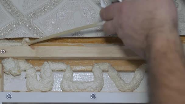 Naplnění děr montážní pěnou. Stavební práce.
