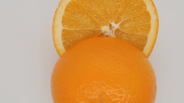 Pomeranč na bílém pozadí.
