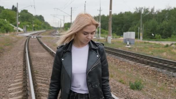 Junge Frau läuft auf Gleis der Bahngleise.