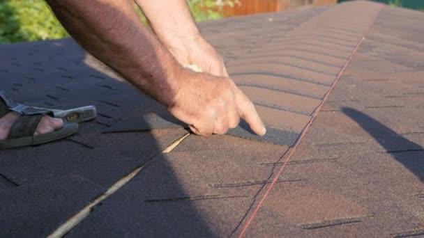 Střecha funguje. Položení měkkého dlaždicového prvku na hřeben střechy a jeho montáž. Montáž střechy do základny.