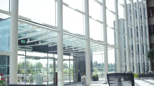 Bureaux Habitation Moderne : Cargo bureaux convertis en un duplex minimaliste en pologne par
