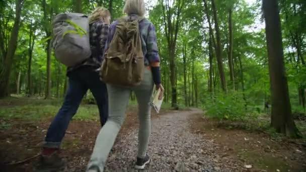 pár pěší v lese