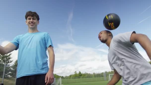 Fotbaloví hráči předvádí míč ovládat dovednosti