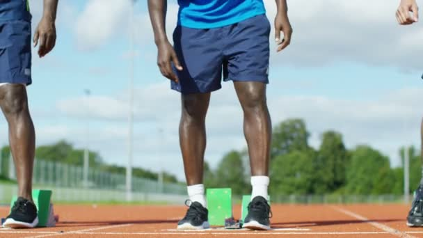 sportovec dostává do pozice na běžecké dráhy