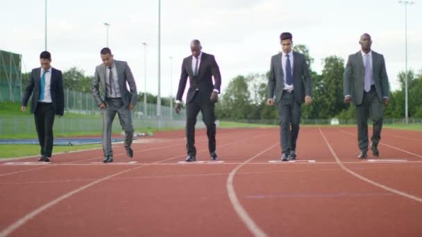 podnikatelé na běžecké trati se na startovní čáru