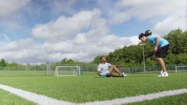 ples fotbalistů předvádí dovednosti