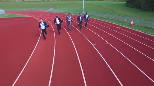 d2eb675e14 Hombres de negocios mutuamente de carreras en pista de atletismo– metraje  de stock
