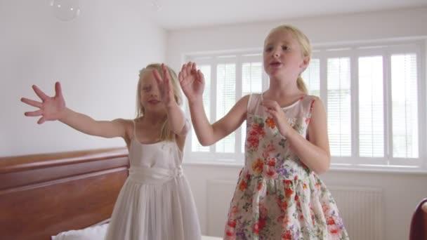 dívky hrají s bublinami