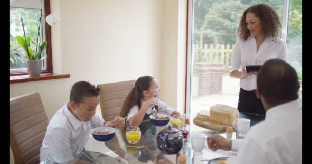 rodina chatování na snídani tabl