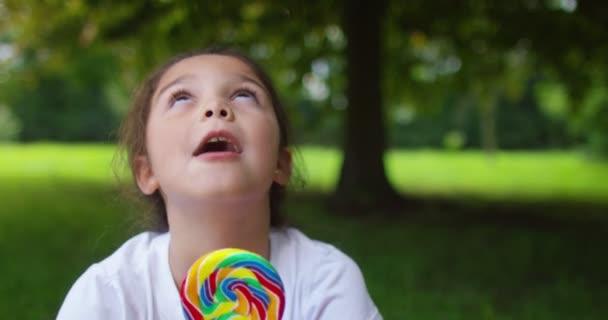 dívku jíst lízátko
