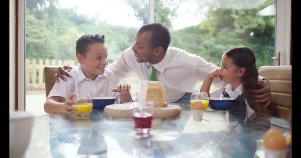 rodina v době snídaní