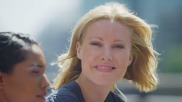 atraktivní žena, která stála s přátel venku