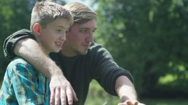 Muž a chlapec rybaření na jezeře