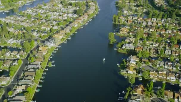 města podél jezera