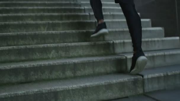 muž běží po schodech