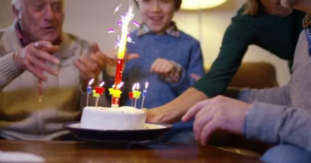 Rodina, foukání svíčky na dortu