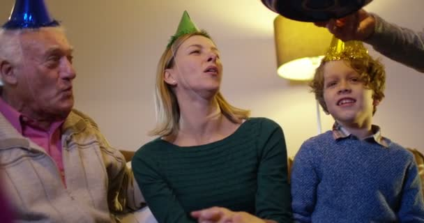 rodina s narozeninovým dortem s prskavka