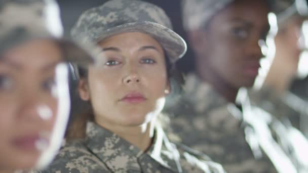 Kobiece żołnierzy Stojących Na Baczność