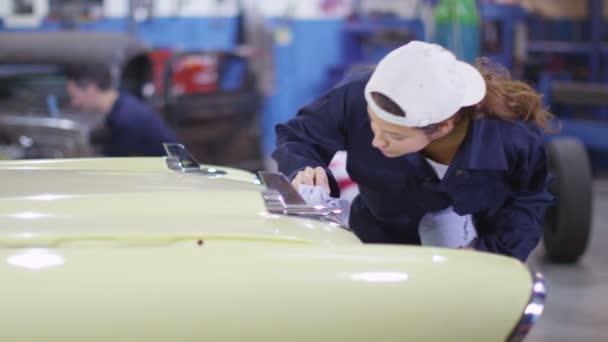 mechanik utírání karoserie vozu