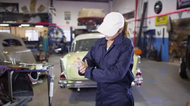 ženské mechanik v garáži workshop