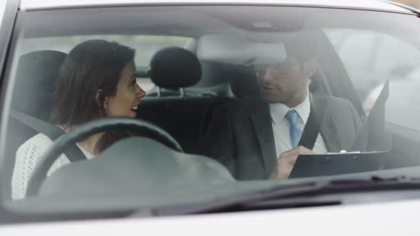 žena prochází její řidičské zkoušky