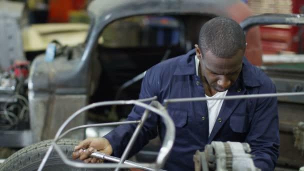 mechanika pracuje na auta